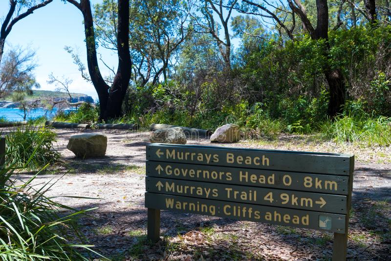 Informationsvägledningstecken till det stillsamt, vit-sand Murrays strand i Jervis Bay, Booderee nationalpark, NSW, Australien royaltyfria bilder