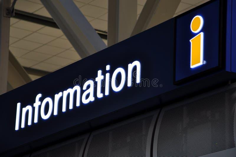 Informationszeichen am Flughafen lizenzfreie stockfotos