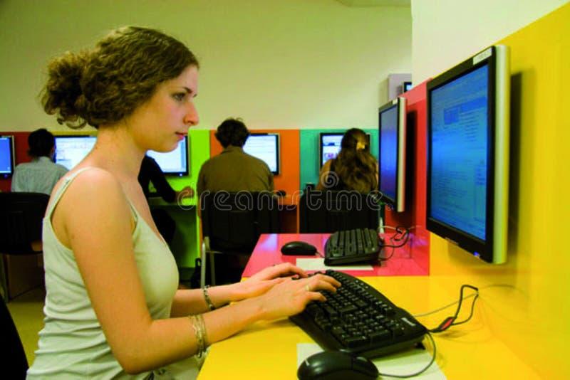 Informatique de salle d'en d'Etudiante photo stock