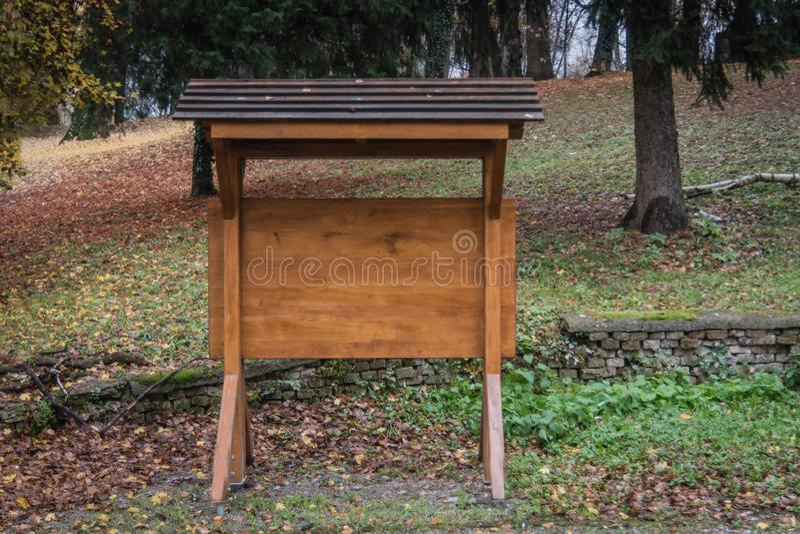 Informatives Brett gemacht vom Holz im Park lizenzfreies stockbild
