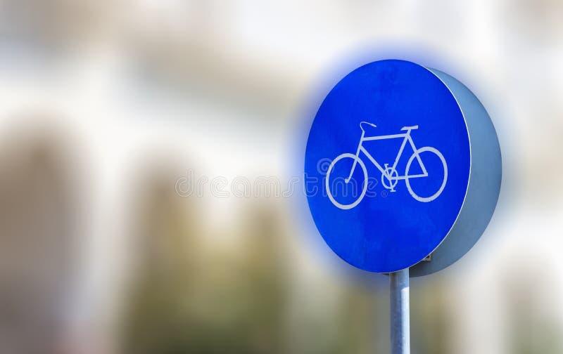 Informativt cykeltecken att låter endast cyklar Suddig bakgrund, utrymme för text, baner, slut upp royaltyfria foton