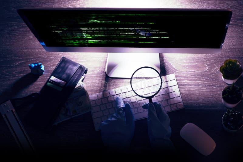 Informativt systemdataintrångbegrepp med den unrecognisable en hacker med handskar framme på datoren på natten royaltyfria foton