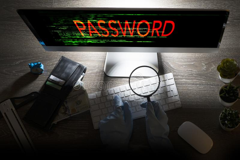 Informativt systemdataintr?ngbegrepp med den unrecognisable en hacker med handskar framme p? datoren p? natten royaltyfria foton