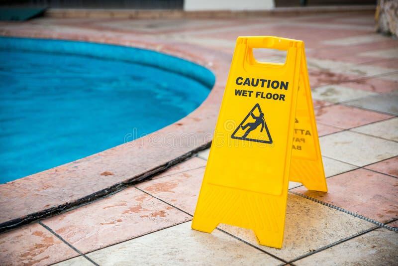 Informazioni bagnate di precauzione di giallo del pavimento fotografia stock