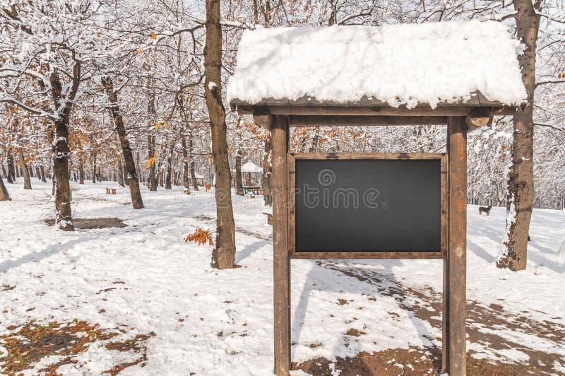 Informazioni della foresta del bordo di legno con l'inverno di stagione della neve della foresta immagini stock libere da diritti