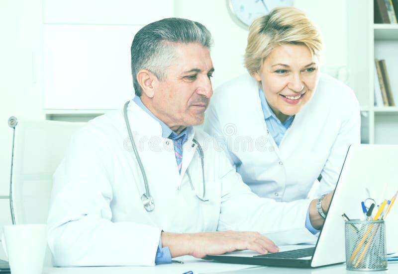 Informazioni della lettura dell'infermiere e di medico fotografia stock