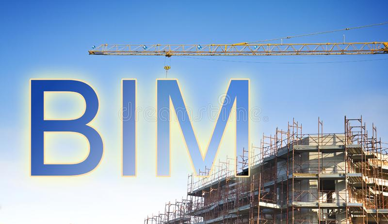 Informazioni di costruzione che modellano BIM, un nuovo modo di progettazione di architettura - immagine di concetto con una gru  immagini stock libere da diritti