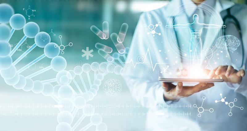 Informe médico electrónico conmovedor del doctor de la medicina en la tableta foto de archivo