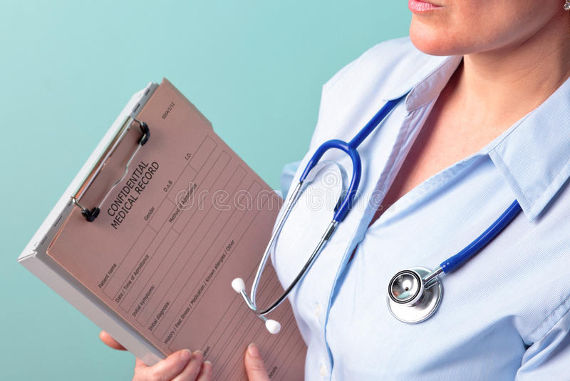 Informe médico femenino de la explotación agrícola del doctor foto de archivo libre de regalías