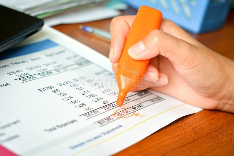 Informe presupuestario con la mano imágenes de archivo libres de regalías