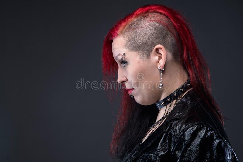 Informell kvinna i läderomslaget, profil arkivbild