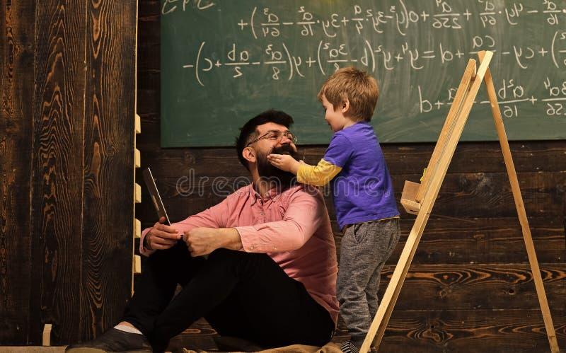 Informellt utbildningsbegrepp Lura att spela med mustaschen av farsan eller läraren Ha gyckel på kursen royaltyfri foto
