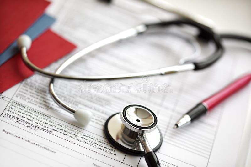 Informes médicos y estetoscopio imagen de archivo