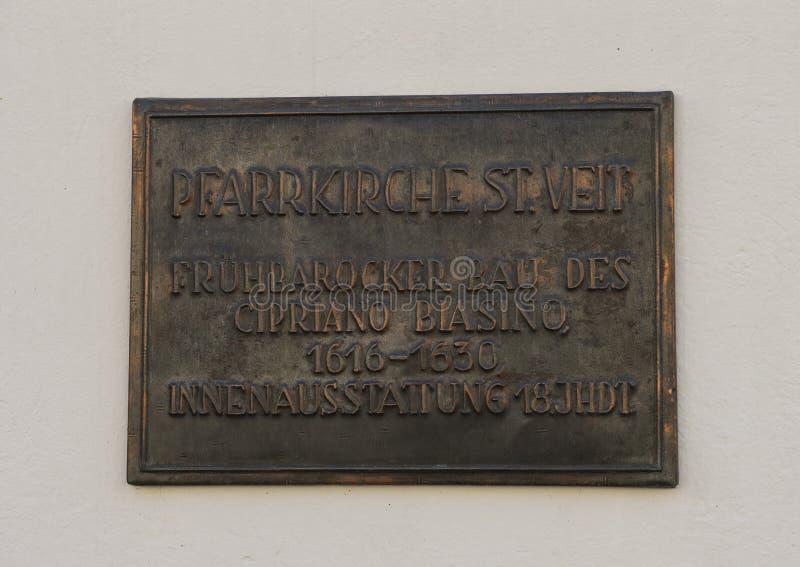 Informierende Bronzetafel auf der Wand der Gemeinde-Kirche des Heiligen Vitus, Krems, Österreich lizenzfreie stockfotos