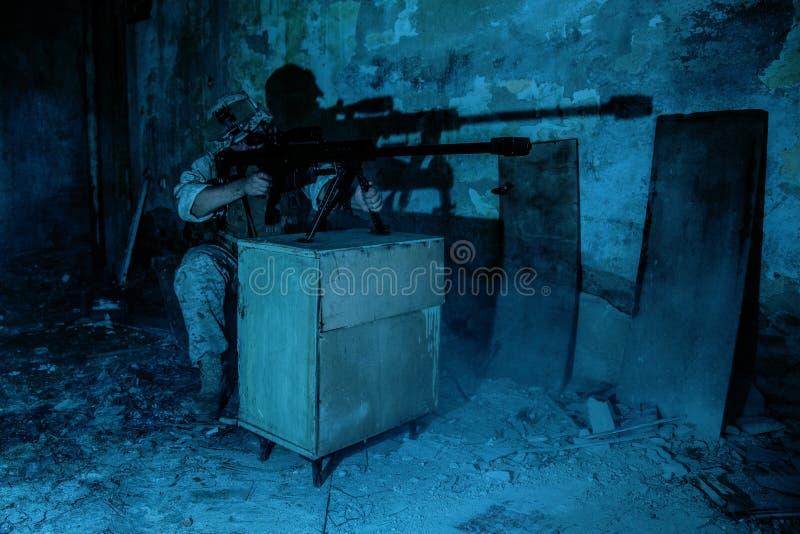 Infornamento del tiratore franco dell'esercito con un fucile di 50 calibri alla notte immagini stock libere da diritti