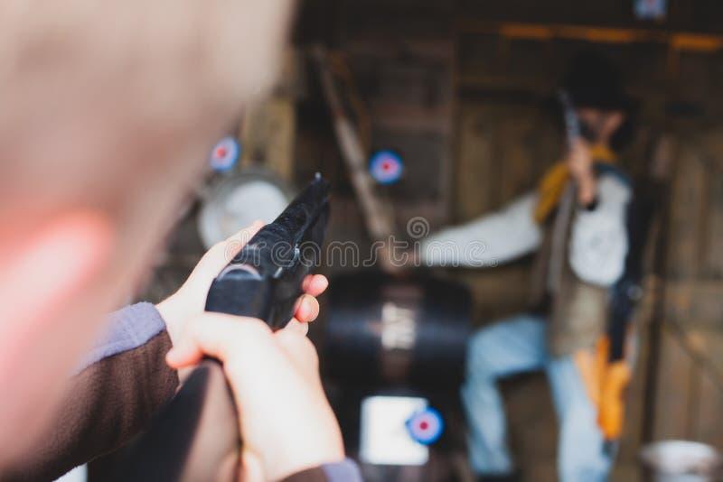 Infornamento di pratica con un fucile Fucilazione con un fucile in un parco di divertimento Sparatutto in prima persona che tende fotografia stock libera da diritti