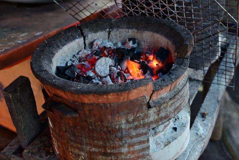 Inforni la fiamma calda sul carbone della stufa per cucinare fotografia stock