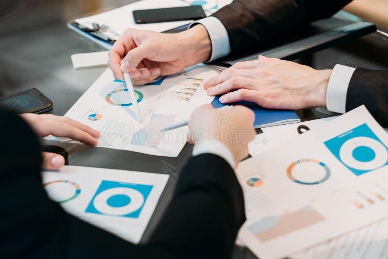 Infos de document d'échange d'idées d'équipe d'affaires de réunion image stock