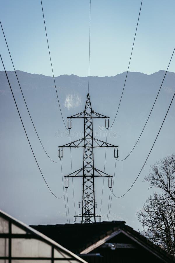 Infraestructura de alto voltaje de la electricidad, rejilla elegante fotografía de archivo libre de regalías