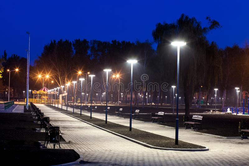 Infraestructura del parque público, iluminación de la noche imagenes de archivo