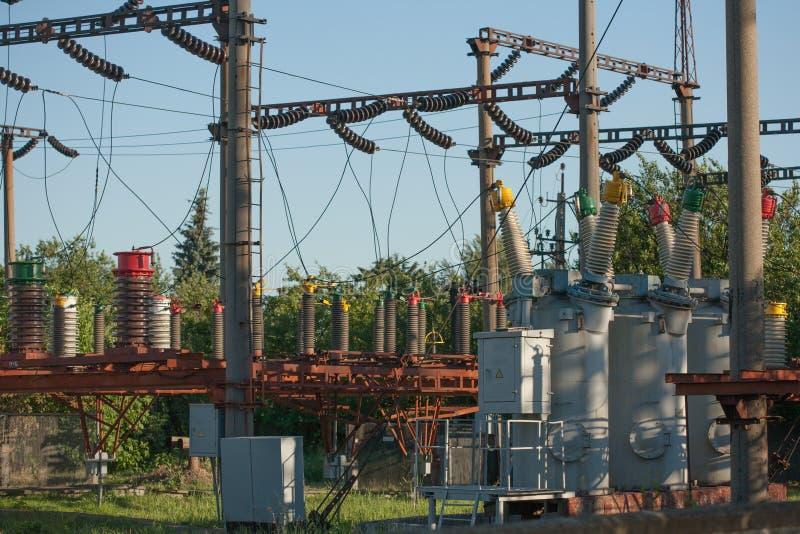 Infraestructura eléctrica de la subestación con cierre para arriba en los disyuntores eléctricos fotografía de archivo libre de regalías