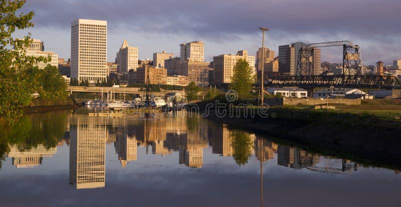 Infraestructura Thea Foss Waterway Tacoma Washi del viaducto de los edificios foto de archivo