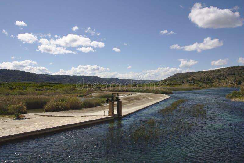 Infraestrutura hidráulica do Acequia Real del Júcar à passagem da cidade de Antella imagens de stock royalty free