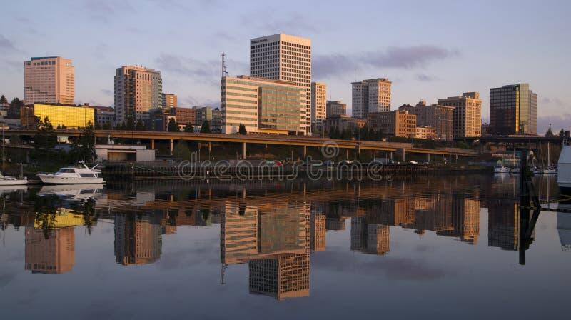 Infraestrutura Thea Foss Waterway Tacoma Washi do viaduto das construções foto de stock