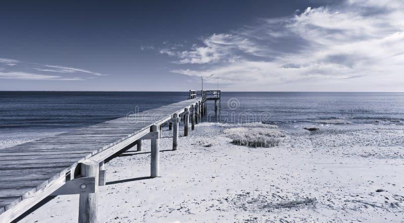 Infrarode foto van dok en oceaan stock fotografie