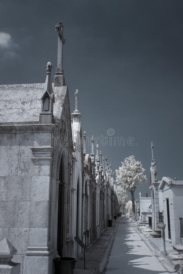 Infrarode oude Europese begraafplaats royalty-vrije stock fotografie