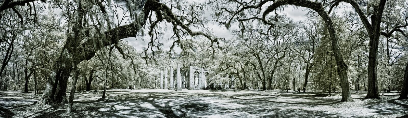 Infrarood panorama van oud ruïne en bos royalty-vrije stock fotografie