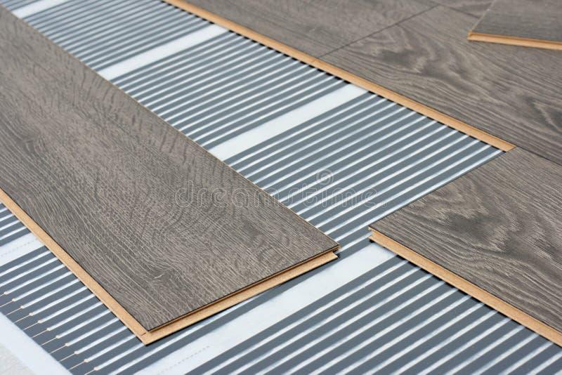 Infrarood vloer verwarmingssysteem onder laminaat stock afbeelding