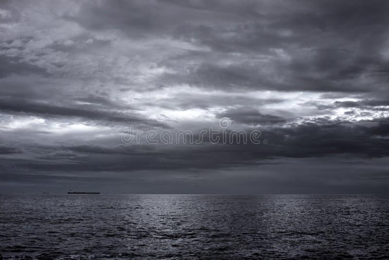 Infrarood zeegezicht met een bewolkte hemel royalty-vrije stock foto's