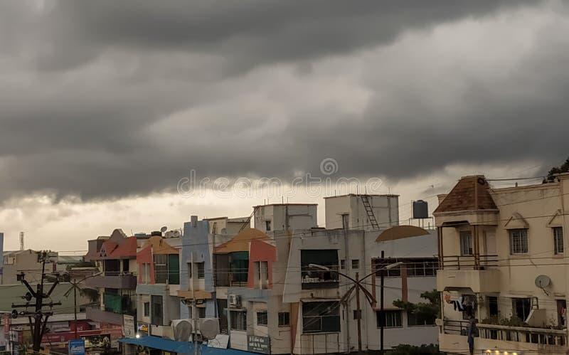 Infrastructure à la maison indienne avec les nuages foncés image stock