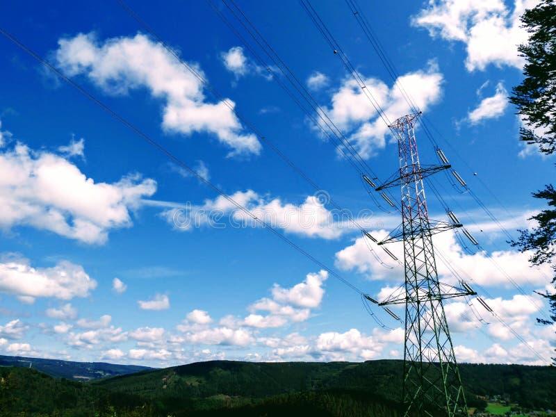 Infrastructure électrique avec nuages et ciel dans la colline forestière photographie stock libre de droits