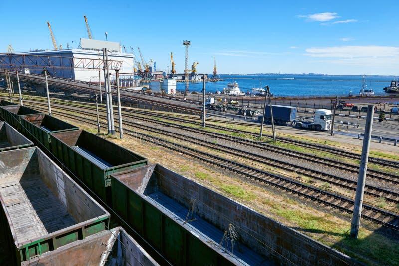 Infrastruktur des industriellen Frachtseehafens mit Eisenbahnauto, LKW und Schiff, Straße über der Brücke lizenzfreie stockfotos
