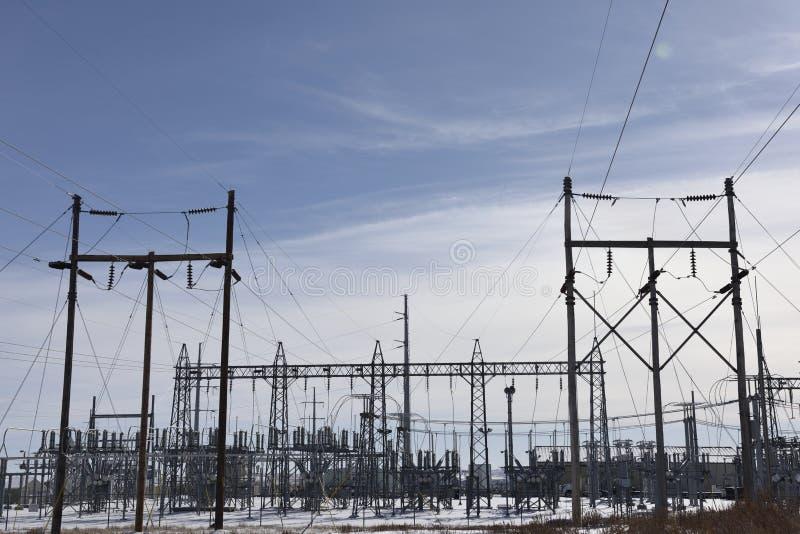 Infrastruttura elettrica di griglia, utilità di energia, costruzione metallica ad alta tensione della sottostazione fotografia stock