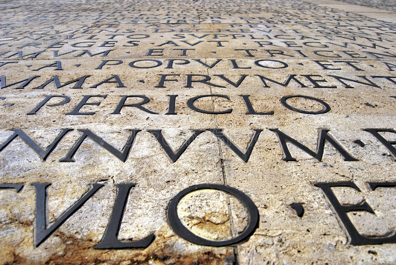 Infront della parete del Ara Pacis Augustae fotografia stock