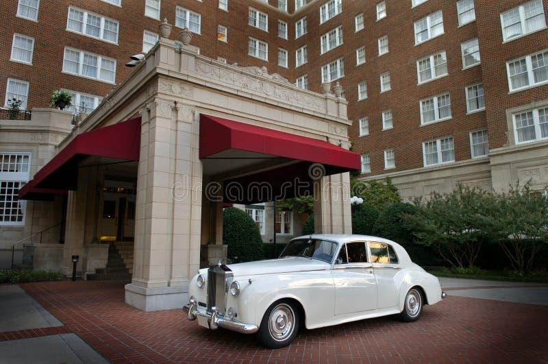 Infront do carro do casamento do hotel fotos de stock