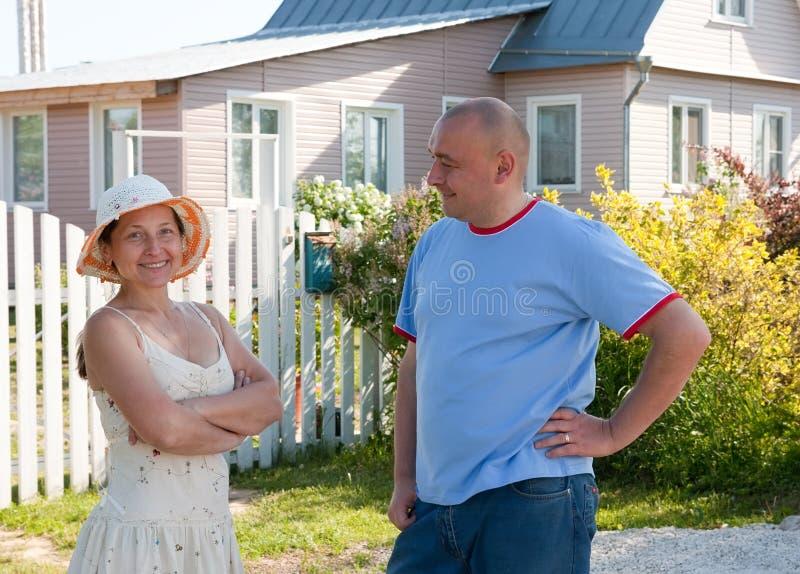 Infront do homem e da mulher da casa imagem de stock royalty free