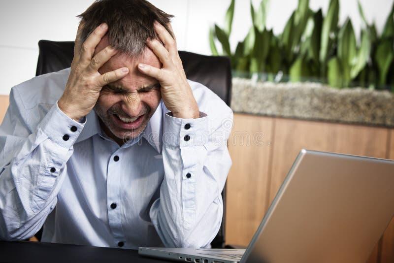 Infront fâché de directeur d'ordinateur de bureau. images libres de droits