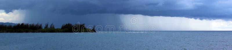Infuri sopra l'oceano in Giamaica, paradiso tropicale con pioggia sopra la spiaggia dal mare immagini stock libere da diritti