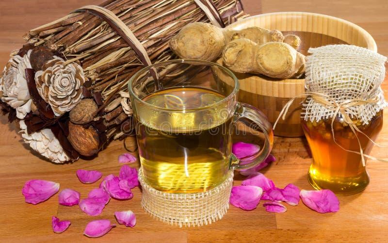 Infusão erval saudável fresca com gengibre e mel da raiz imagem de stock