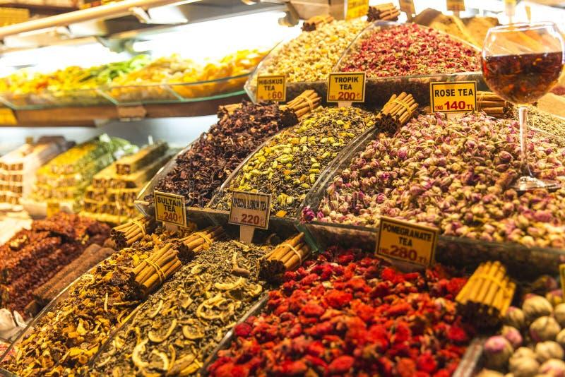 Infusión de hierbas en el bazar magnífico Estambul Turquía imágenes de archivo libres de regalías