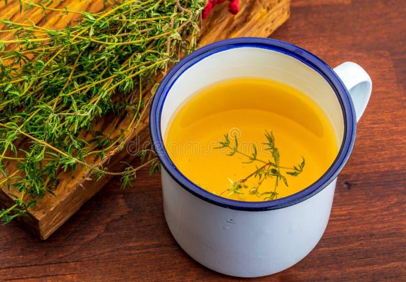 Infusie van thyme Ingrediënt van Mediterrane keuken en helende huisremedie royalty-vrije stock foto's