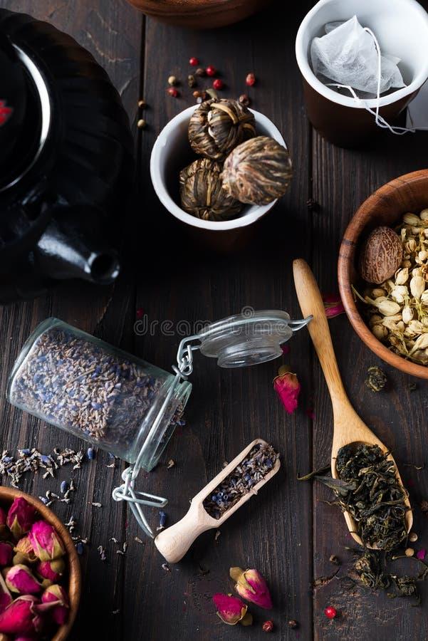 Infusion florale naturelle de fines herbes de thé avec les ingrédients secs de lavande de fleurs photos stock