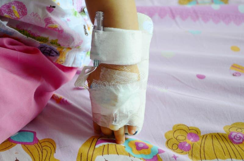 Infusion saline de tube d'Intrevenous IV pour le médicament sur le Ba asiatique images stock