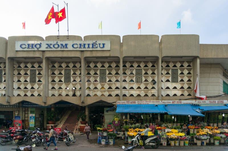 Ingång av Cho Xom Chieu den lokala marknaden i HCMC i Vietnam royaltyfria foton