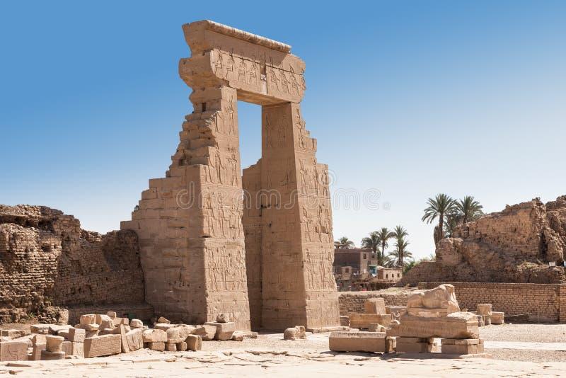 Ingång av den egyptiska denderatemplet arkivfoton
