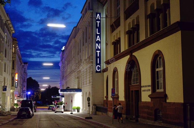 Ingång av den prestigefulla hotellAtlanten i den Hamburg Tyskland Europa med sidor i natten en dag efter slutet av G20 toppmötet  royaltyfri foto